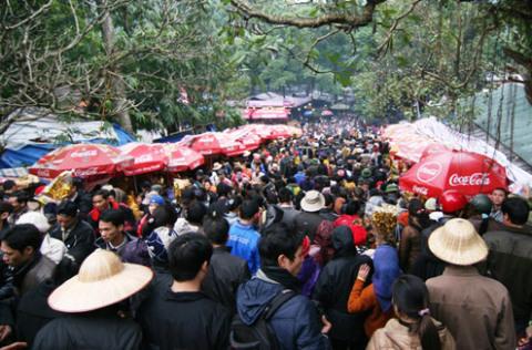 Càng về trưa, lượng người đổ về chùa càng đông.