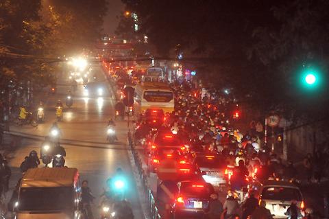 Phố Chùa Bộc đoạn trước cửa Học viện Ngân hàng lúc 18h30 tối 1/2. Tuy 19h sinh viên mới tan học nhưng đường đã tắc nghẽn kéo dài.
