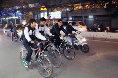 Cảnh học sinh đi học về lúc 19h30 trên nhiều tuyến phố.
