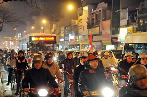 Mặc dù vậy, phố Tôn Đức Thắng đoạn đầu ngõ vào trường THPT Đống Đa vẫn ùn ứ giao thông dù không có sự ảnh hưởng của việc tan trường.