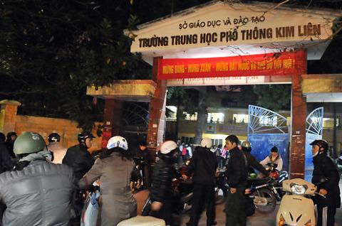 18h35, tại cổng trường THPT Kim Liên đã nhộn nhịp cảnh người nhà chờ đón học sinh ngoài cổng.