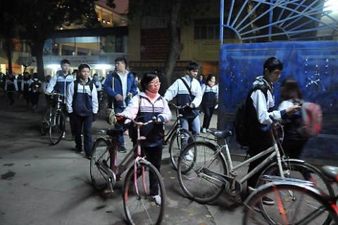 Đúng 19h, cổng trường mở cửa cho học sinh ra về.
