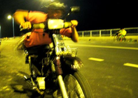 Một tay đua trên cầu Thủ Biên. Ảnh: Ngoan Ngoan.
