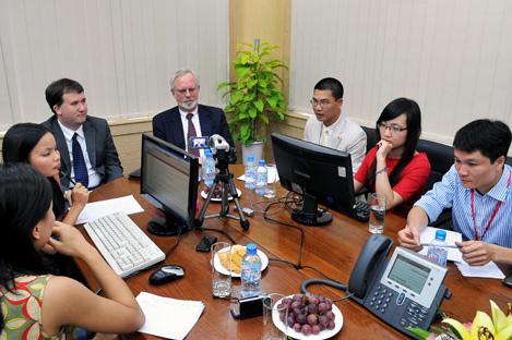 Đại sứ Mỹ David B. Shear (giữa) trong buổi phỏng vấn trực tuyến với độc giả VnExpress. Ảnh: Hoàng Hà.