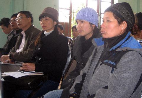 Vợ ông Vươn và Quý cũng có mặt ở buổi gặp gỡ với lãnh đạo thành phố. Ảnh: L.H.