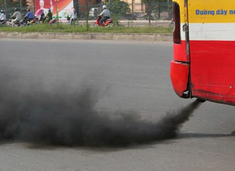 Xe buýt xả khói trên đường phố Hà Nội. Ảnh: Tiến Dũng