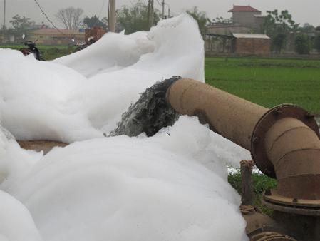 Nước sông Nhuệ đen ngòm, bọt chứa đầy hóa chất