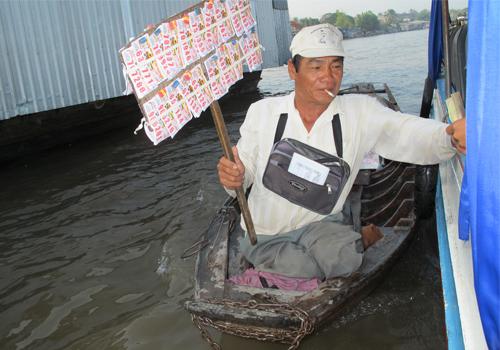 Kiểu bán vé số đậm chất người dân sông nước. Ảnh tác giả cung cấp