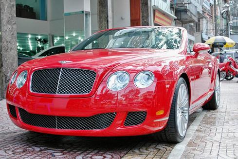 Mẫu xe Bentley GTC Speed nổi bật với màu đỏ.