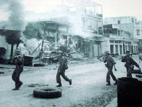 Bộ đội tiến vào giải phóng Xuân Lộc. Ảnh tư liệu.