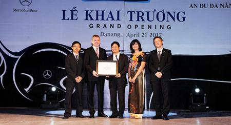 Ban lãnh đạo Mercedes-Benz Vietnam trao chứng nhận Autohaus 100 đạt tiêu chuẩn toàn cầu cho Đại lý An Du Đà Nẵng.