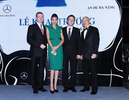 Ban lãnh đạo Mercedes-Benz VN và 2 thành viên CLB Người nổi tiếng - Siêu mẫu Thanh Hằng (giữa bên trái) và ca sĩ Thanh Long Bass (bên phải).