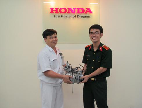 Anh Đỗ Mạnh Hùng đại diện Honda Việt Nam trao động cơ cho bạn