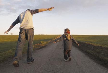 Trên đường đời của con, trí tuệ của bố quan trọng hơn nhiều so với tài sản. Ảnh: