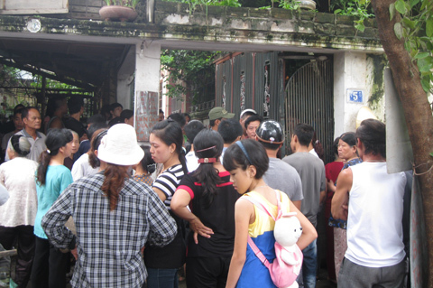 Nhiều người dân tụ tập trước cổng nhà nạn nhân. Ảnh: Hoàng Việt.