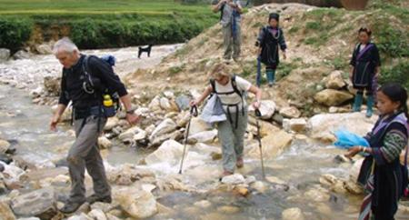 Nhiều khách du lịch nước ngoài thích khám phá những địa điểm du lịch vùng cao. Ảnh: ANTĐ.