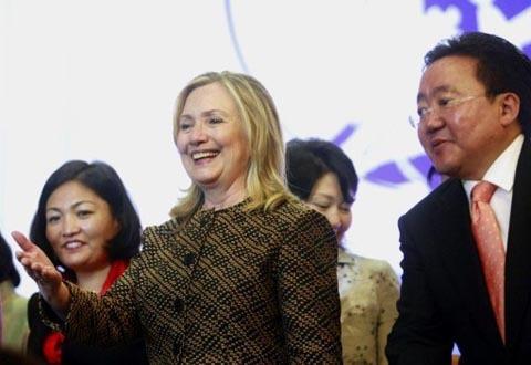 Trong cuộc gặp mặt với tổng thống Mông Cổ Elbegdorj Tsakhia ở Ulan Bator vào ngày 9/7, bà Clinton mặc một chiếc áo khoác màu nâu, hình kẻ ca rô chiết eo kết hợp với quần đen. Ảnh: AFP