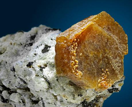 Một mẫu quặng đất hiếm. Ảnh: Discovery.