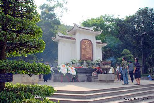 Khách thập phương viếng nghĩa trang Ngã ba Đồng Lộc.