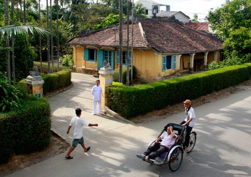 Phủ thờ công chúa Ngọc Sơn tọa lạc tại số 31 đường Nguyễn Chí Thanh (TP Huế). Phủ được xây dựng vào năm 1921 dưới thời vua Khải Định.