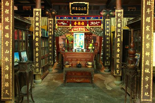 Gian giữa nội thất phủ thờ công chúa Ngọc Sơn.