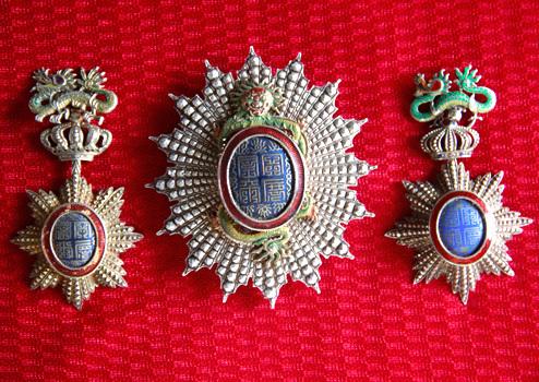 Đáng chú ý là ba chiếc huân, huy chương của triều đình tặng cho công chú Ngọc Sơn và phò mã về những công đức đóng góp của hai vợ chồng công chúa.