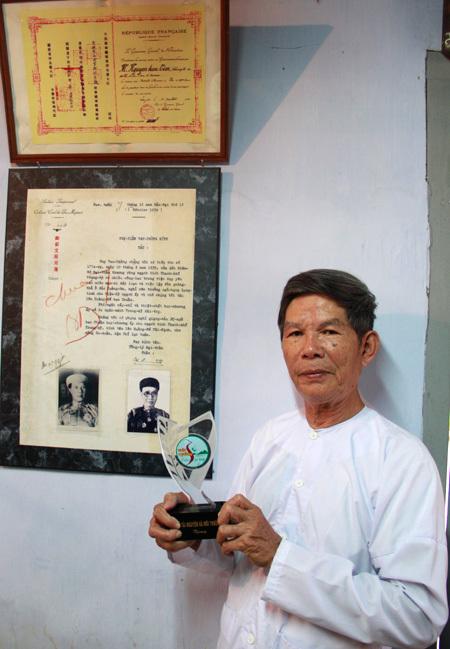Ngay cạnh cửa ra vào, nhà nghiên cứu Huế Phan Thuận An còn cho treo bức châu bản của vua Bảo Đại khẳng định về chủ quyền Hoàng Sa được ông scan lại sau khi đã hiến tặng cho Bộ ngoại giao đấu tranh chủ quyền Hoàng Sa. Mới đây ông được Nhà nước trao tặng Kỷ niệm trương về sự đóng góp cho Chủ quyền biển đảo.