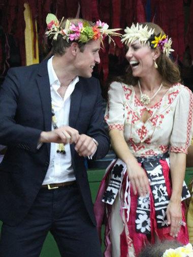 Hoàng tử vWilliam và vợ, Catherine, trong chuyến thăm quốc đảo Tuvalu. Ảnh: AFP