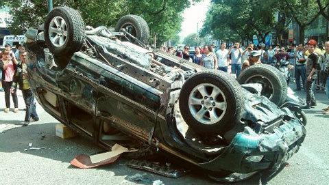 Người hiếu kỳ chụp ảnh một chiếc xe Nhật bị phá hủy tại thành phố Tây An, Thiểm Tây trong cuộc biểu tình hôm qua.