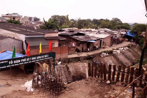 Khu ổ chuột nhìn từ trên cầu Long Biên. Ảnh: Lê Hồng Thái