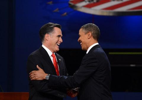 Hai ứng viên tổng thống Mỹ bắt tay thân mật trước cuộc tranh luận. Ảnh: AFP