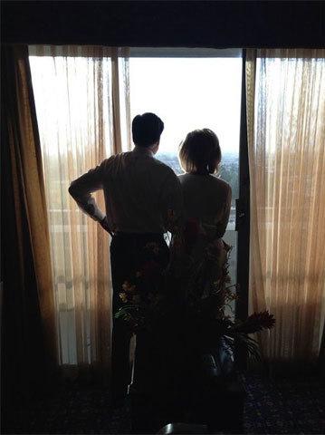 Ứng cử viên tổng thống đảng Cộng hòa Mitt Romney và vợ trước đêm đối đầu trực tiếp với ứng cử viên tổng thống đảng Dân chủ Barack Obama. Ảnh: dgjackson