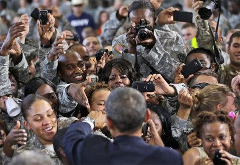 Tổng thống Obama trước sự hâm mộ của binh lính Mỹ. Ảnh: AP