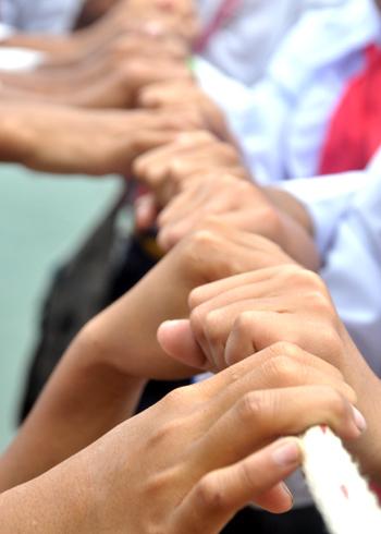 Những đôi bàn tay bé bỏng học trò xã Sơn Ba đu dây đi bè qua sông.