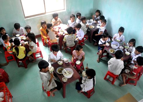 22 học sinh ở thôn Gò Da, xã Sơn Ba ở cách trường 8 cây số may mắn được các nhà hảo tâm, thầy cô giáo quyên góp gạo, tiền, quần áo ở lại phòng nội trú của trường để học tập. Số học sinh còn lại phải vượt suối, băng rừng, đu dây đi bè qua sông Re từ 2 đến 6 cây số đến trường học tập mỗi ngày.