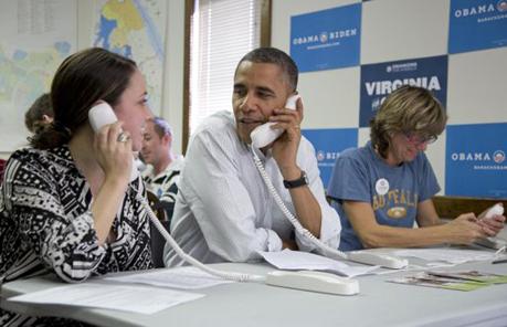 Tổng thống Mỹ Barack Obama nói chuyện với tình nguyện viên qua điện thoại trong văn phòng vận động tranh cử