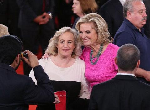 Bà Ann trong vòng vây của người ủng hộ sau cuộc tranh luận.