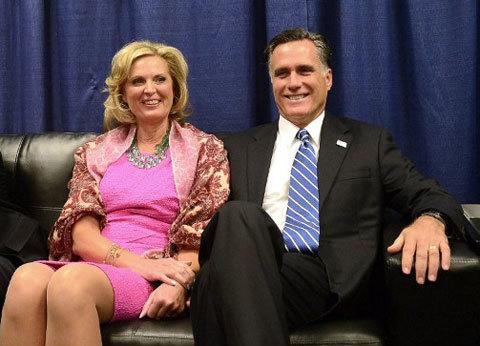 Vợ chồng nhà Romney trông thoải mái trong phòng chờ trước cuộc tranh luận.