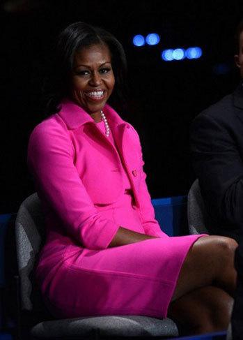 Bà Obama diện váy hồng rực kèm áo khoác bên ngoài để đến dự cuộc tranh luận lần hai giữa chồng với đối thủ đảng Cộng hòa.