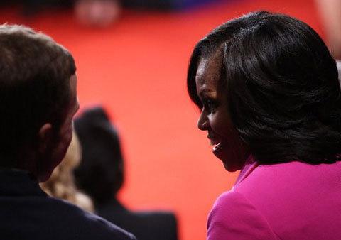 Bà Obama trò chuyện với cử tri.