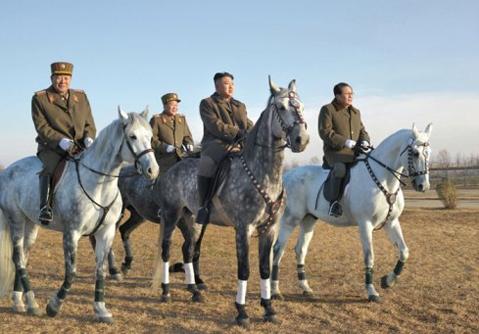 Kim Jong-un cưỡi ngựa thị sát quân đội - VnExpress