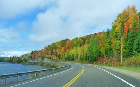 nằm cách thủ đô Ottawa 300 km về phía tây và cách Toronto hơn 300 km về phía bắc.
