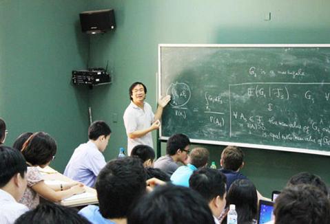 Giáo sư Nguyễn Tiến Dũng trong giờ giảng bài cho sinh viên.