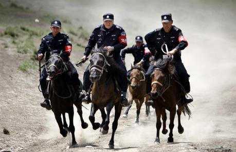 Cảnh sát tuần tra trên lưng ngựa tại khu tự trị Tân Cương, Trung Quốc. Ảnh: China Daily.