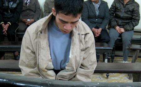 Nghịch tử trong giờ tòa nghỉ nghị án. Ảnh: Gia Bảo.