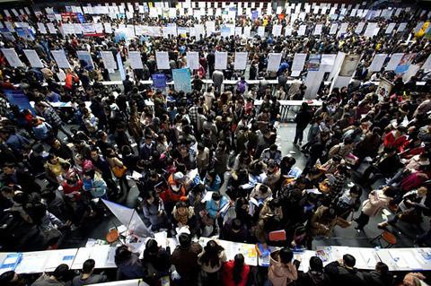 Trong kỳ thi công chức vừa qua ở Trung Quốc, ước tính đã có hơn 1,2 triệu ứng viên nộp đơn tham gia dự tuyển cho 20.000 vị trí.