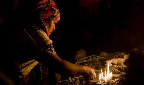 Người Maya ở Argentina thực hiện một nghi thức trong dịp chào đón chu kỳ mới của thời gian. Ảnh: AP