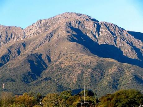 Khách du lịch leo lên núi Uritorco để ngắm cảnh và thiền. Ảnh: