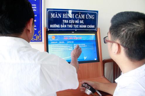 Người dân Đà Nẵng sẽ trực tiếp chấm điểm công chức qua màn hình cảm ứng tại các điểm làm thủ tục hành chính và qua mạng internet. Ảnh: Nguyễn Đông