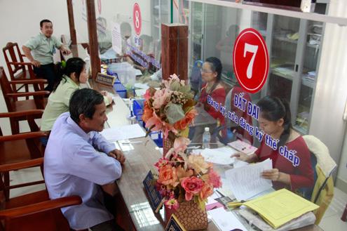 Việc chấm điểm công chức nhằm tăng hiệu quả trong việc giải quyết thủ tục hành chính. Ảnh: Nguyễn Đông